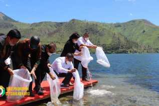 Komisi IV DPR RI Tabur Benih Ikan 65000 Ekor Di Tongging Bersama Bupati Karo