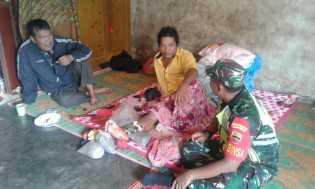 Babinsa Jenguk Seorang Warga Desa Munthe yang Kena Pisau Mesin Babat Rumput