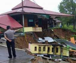Hujan Deras, Sebagian Bangunan di Kompleks Mapolres Solok Ambles