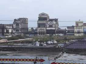 Potret Sampah Diatas Atap Pasar Berastagi: Sudah Dibersihkan, Tetapi...