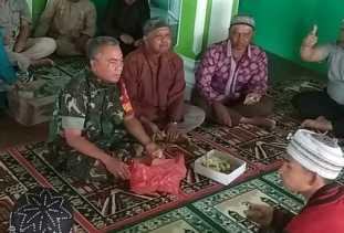 Usai Salat Jumat Babinsa Komsos bersama Warga Gongsol, Ustad Endi: Silaturohmi Ini Tetap Terjaga