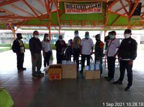 Babinsa Bersama Kepala Desa Perteguhen Lakukan Pembagian Masker dan Handsanitzer