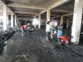 Para Pedagang Bersihkan Bangunan  Untuk Tempat Berjualan di Bekas Kebakaran Pasar Berastagi