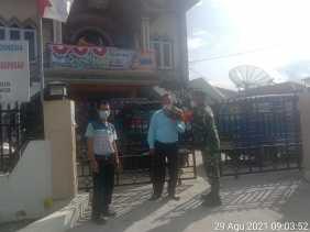 Babinsa Koramil 02/TP Berikan Himbauan Prokes Dan Bagikan Masker Kepada Warga