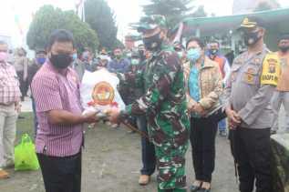 Dandim 0205/TK Salurkan Bantuan Sembako Pangdam I/BB -  Kapoldasu ke Warga Terdampak Erupsi Sinabung