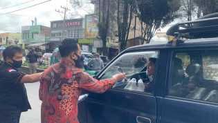 Saat Kejari Karo - PJTK  Bagikan Masker ke Warga di Kabanjahe Juga Edukasi Tentang Bahaya Covid 19