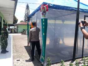 Potret Kapolres Karo dan Dandim Disemprot Cairan di Bilik Disinfektan Kodim 0205/TK