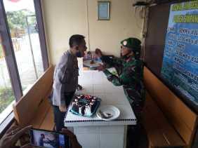 HUT Bhayangkara ke 74, Danramil 04/SE Beri Kejutan Kepada Polsek Simpang Empat