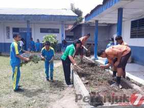 Kepsek, Guru, Staf, dan Siswa/i SMPN 3 Bersama - sama Bersihkan Lingkungan Sekolah