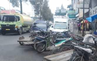 Parkir Sembarangan Akibatkan Kemacetan di Berastagi