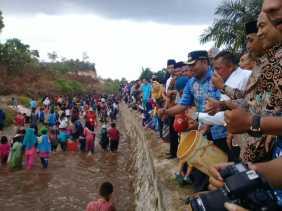 Budaya Petang Megang: Ratusan Warga Lomba Menangkap Ikan di Sungai Sibam