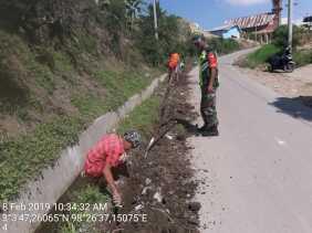 Babinsa Koramil 06/Munthe Bantu Masyarakat Pemasangan Pipa Air di Desa Gurubenua