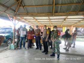 Babinsa Koramil 04/SE Bersama Perangkat Desa Kawal Penyaluran BLT-DD