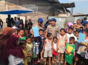 Anak Nelayan di Belawan Dapat Buku Tulis Gratis dari Polairud Polda Sumut