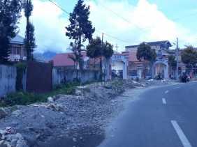 Tanah Galian dari Drainase di Jalan Udara (Karo) Ganggu Pengguna Jalan
