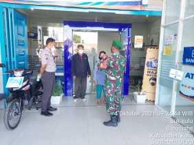 Datangi Bank BRI, Babinsa Koramil 01/BJ Beri Himbauan Kepada Masyarakat