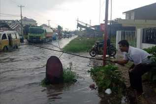 Hujan, Jalan Jamin Ginting (Berastagi - Kabanjahe) Terendam Air Setinggi Lutut Orang Dewasa