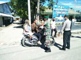 Tidak mengenal lelah Anggota Jajaran Kodim 0205/TK terus ingatkan warga agar selalu pakai masker