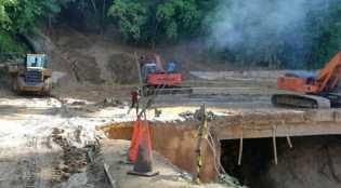 Lalu lintas Buka Tutup, Tim Gabungan Melanjutkan Pembersihan Material longsor di  Parapat