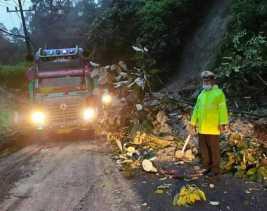 Kasatlantas Polres Karo Imbau Hati - hati: Longsor di KM 59 - 60 Jalan Lintas Medan - Berastagi