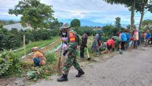 Babinsa Koramil 04/SE Bersinergi Dengan Masyarakat Melaksanakan Gotong Royong Bersihkan Jalan