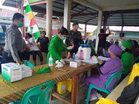 Babinsa Koramil 04/SE Dampingi dan Pantau Pelaksanaan Vaksinasi Dosis Kedua