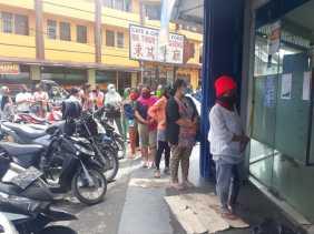 Potret Masyarakat Karo Antri di ATM, Dana PKH Cair: Ada yang Belum Mahir Gunakan Mesin ATM...