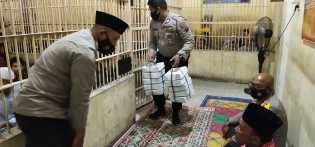Saat Berbagi Takzil , Kapolres Karo AKBP Yustinus Setyo : Tahanan Bukanlah Musuh Polisi