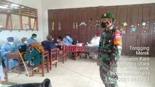 Babinsa Koramil 02/TP Dampingi Penyuntikan Vaksinasi Covid-19 di Desa Pengambatan