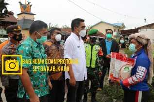 Pemkab Karo Serahkan Bantuan Beras PPKM Kepada Warga Desa Sukajulu