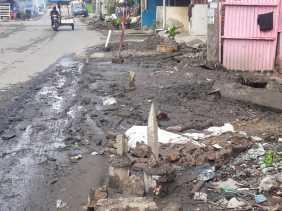 Masyarakat di Jalan Pasar Berastagi Mengeluh Soal Gundukan Tanah dari Parit Dibiarkan Begitu Saja