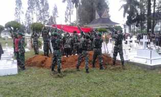 Dandim 0205/TK Pimpin Prosesi Pemakaman Alm Serda Sedarta Sitepu di Makam Pahlawan Kabanjahe