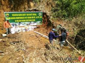 Karya Bakti, Babinsa Bantu Warga Desa Semangat Gunung Pemasangan Pipa Saluran Air Bersih
