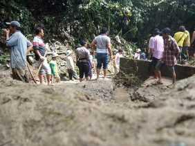 Hujan, Warga Bersikan Lumpur Campur Pasir Setinggi 2,5 Meter di Pemandian Umum Lau Bahing