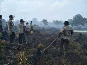 Kapolres Rohil Pimpin Pemadaman Karhutla di Rimba Melintang: Angin Kencang, Sulit Air dan Asap Tebal