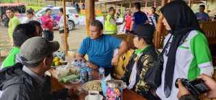 Istirahat di Warung Usai Bersepeda dari Langkat ke Karo, Kapolda Sumut Ajak Wartawan Ngopi Bareng