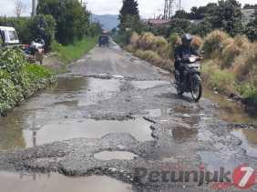 Akses Jalan Alternatif Kecamatan Berastagi -Tiga Panah Rusak Parah dan Berlubang