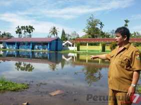 September - Januari, Potret SDN 040508 Sarinembah (Karo): Genangan Air di Halaman Sekolah...