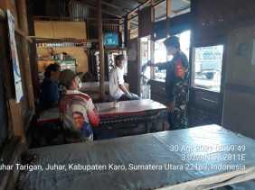 Komsos di Wilayah Binaan, Babinsa 07/JH  Himbau Pengunjung Warung Kedai Kopi Patuhi Prokes