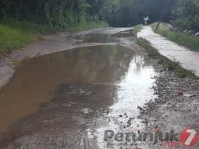 Potret Jalan Menuju Kawasan Wisata Bukit Gundaling: Ada Genangan Air dan Berlubang