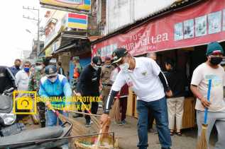 Wakil Bupati Karo Melaksanakan Gotong Royong Jumat Bersih di Seputaran Kota Kabanjahe