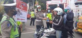 Cegah Covid 19, Satlantas Polres Karo Bagikan Masker ke Pengendara di Jalan Kabanjahe - Berastagi