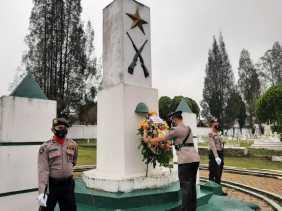 Sambut HUT Bhayangkara ke 75, Polres Tanah Karo Gelar Upacara Ziarah Ke TMP