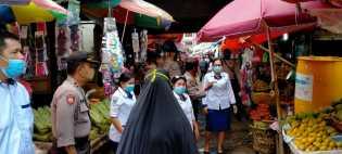 Petugas Medis Sosialisasi Tentang Virus Corona di Pusat Pasar Berastagi ke Pengunjung dan Pedagang