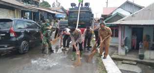TNI Polri Siram Desa Yang Terpapar Abu Vulkanik Sinabung Di Kec Namanteran