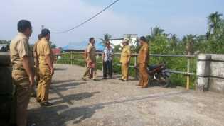 Plt Bupati Rohil Tinjau Jembatan SMAN 2 Bangko, Minta Dinas PUPR Segera Diperbaiki
