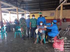 Babinsa Koramil 01/BJ Dampingi Pelaksanaan Vaksinasi di Desa Sukanalu