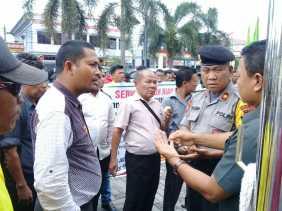 SBRI Demo di Disnaker Riau, Tuntut Agar  Persengkokolan Ditindas