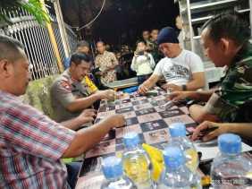 Malam Tahun Baru, Kapolda dan Pangdam 1/BB Tanding Domino dengan Jurnalis