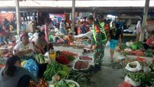 Cegah Lonjakan Harga, Babinsa Koramil 05/Payung Cek Harga Sembako di Pasar Desa Tiganderket